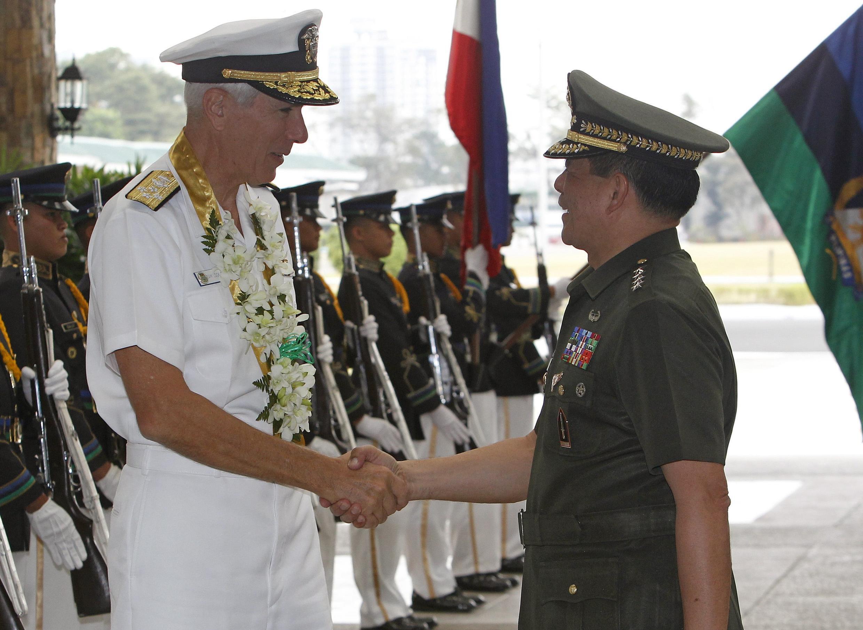 Đô đốc Mỹ Samuel Locklear III gặp Tư lệnh quân đội Philippines Jessie Dellosa tại Manila - REUTERS /Cheryl Ravelo