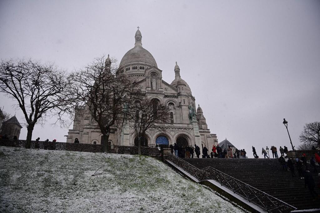 Снег в Париже начался утром в субботу и продолжался по меньшей мере до 15 часов