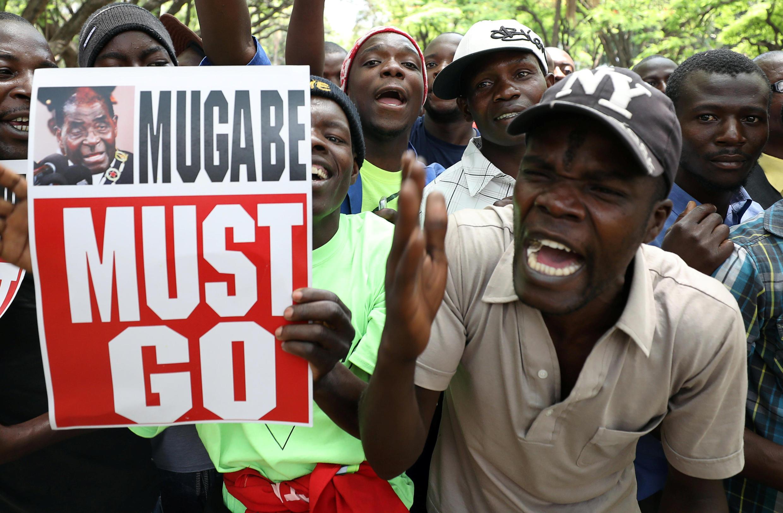 """""""Mugabe Must Go"""" បដារបស់ប្រជាជនដែលធ្វើបាតុកម្ម នៅថ្ងៃទី២១ វិច្ឆិកា២០១៧"""