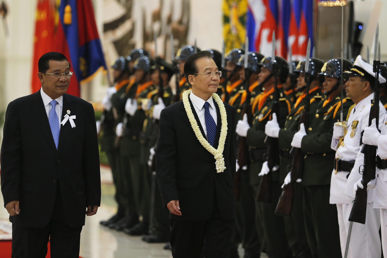 Thủ tướng Cam Bốt Hun Sen (trái) và Thủ tướng Trung Quốc Ôn Gia Bảo (phải) duyệt đội quân danh dự ngày 18/11/2012.
