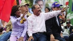 Le candidat libéral Danilo Medina, favori des sondages, en campagne à Saint-Domingue le 17 mai 2012.