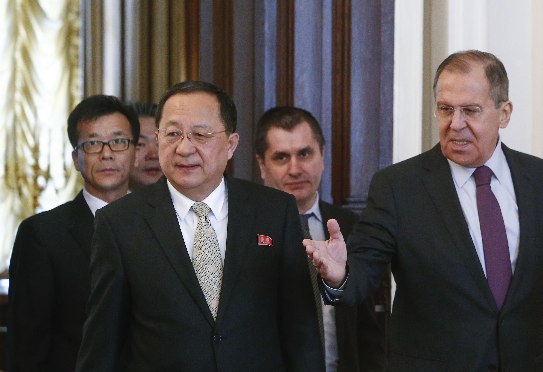 Ngoại trưởng Bắc Triều Tiên Ri Yong Ho (T) và đồng nhiệm Nga Sergueï Lavrov tại Matxcơva ngày 10/04/2018.
