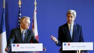 O ministro das Relaçéoes Exteriores da França, Jean-Marc Ayrault, e o secretário de Estado americano, John Kerry, durante coletiva à imprensa em Paris, neste domingo (13).