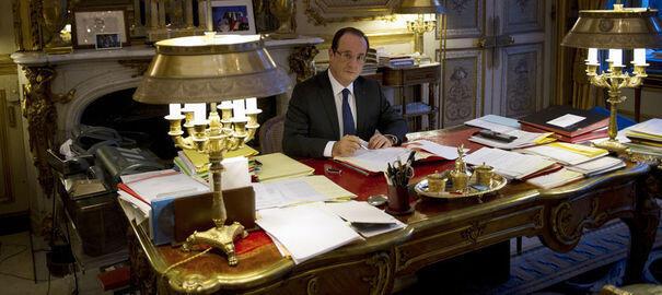 Франсуа Олланд в рабочем кабинете в Елисейском дворце (архив)