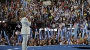 Ứng viên tranh cử tổng thống của đảng Dân Chủ Hillary Clinton trên diễn đàn tại Philadelphia, Hoa Kỳ, ngày 28/07/2016.