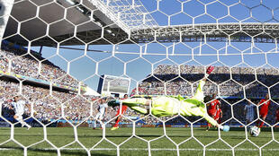 Angel Di Maria ghi bàn thắng cho đội Achentina vào phút 118 : giấc mơ các tuyển thủ Thụy Sĩ tan thành mây khói -  REUTERS /Paul Hanna