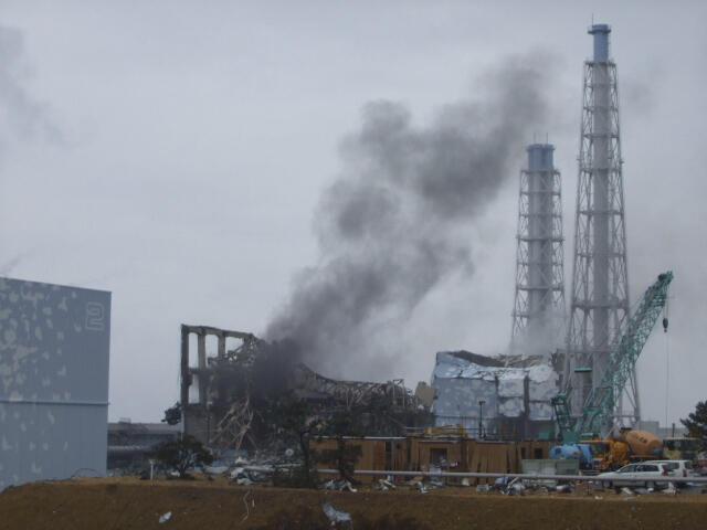 Khu vực lò phản ứng số 3  ở Fukushima ngày 21/3/11. Sự cố ở các nhà máy hạt nhân tại đây buộc Việt Nam phải xét lại chính sách phát triển điện nguyên tử.