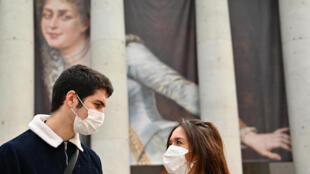 Image d'archive: Un couple européen avec des masques à Madrid