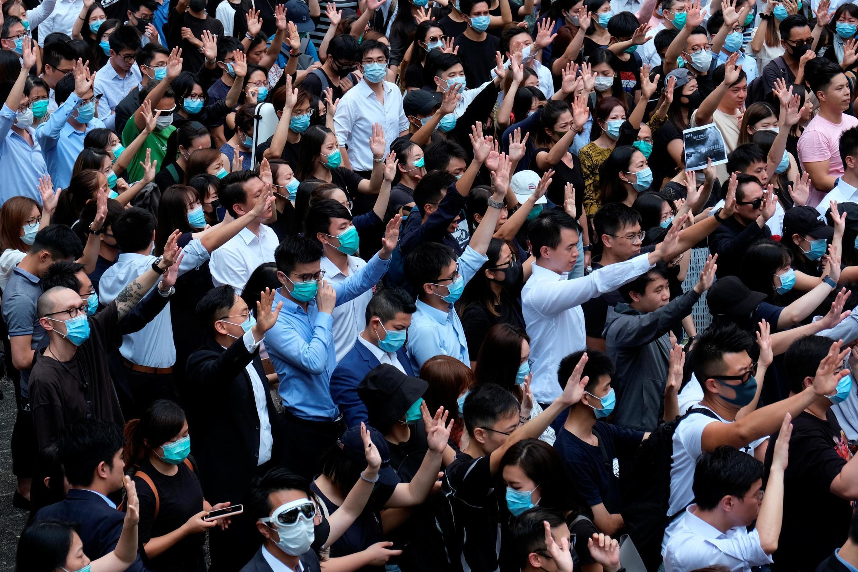 Đông đảo người dân Hồng Kông xuống đường ngày 02/10/2019 phản đối cảnh sát bắn đạn thật vào người biểu tình.