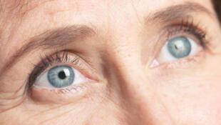 La cataracte atteint plus d'une personne sur cinq à partir de 65 ans, plus d'une sur trois à partir de 75 ans et près de deux sur trois après 85 ans.