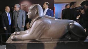 El canciller francés Jean-Yves Le Drian y el vice-presidente del Patrimonio cultural iraní, Alí Asghar Mounesan, en la exposición del Louvre en Teherán.