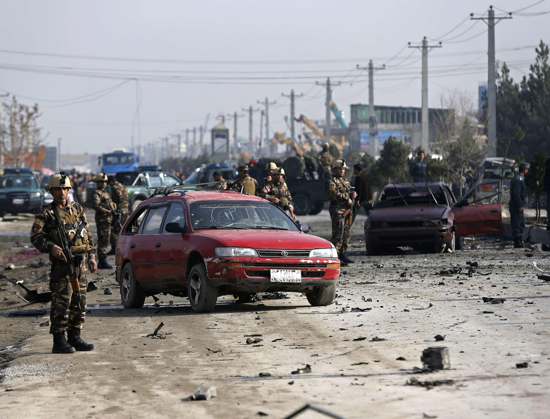 مأموران امنیتی در حال بازرسی محلِ حمله انتحاری به اتوموبیل سفارت بریتانیا در کابل