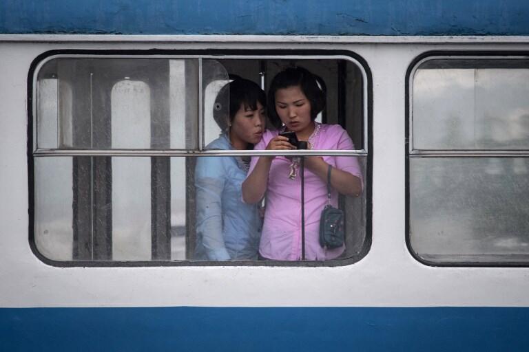 Duas mulheres em um bonde elétrico em Pyongyang.