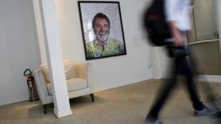 Un tableau de l'artiste brésilien Vik Muniz représentant l'ex-président Lula, dans l'entrée de l'Institut Lula, le 31 juillet 2015.