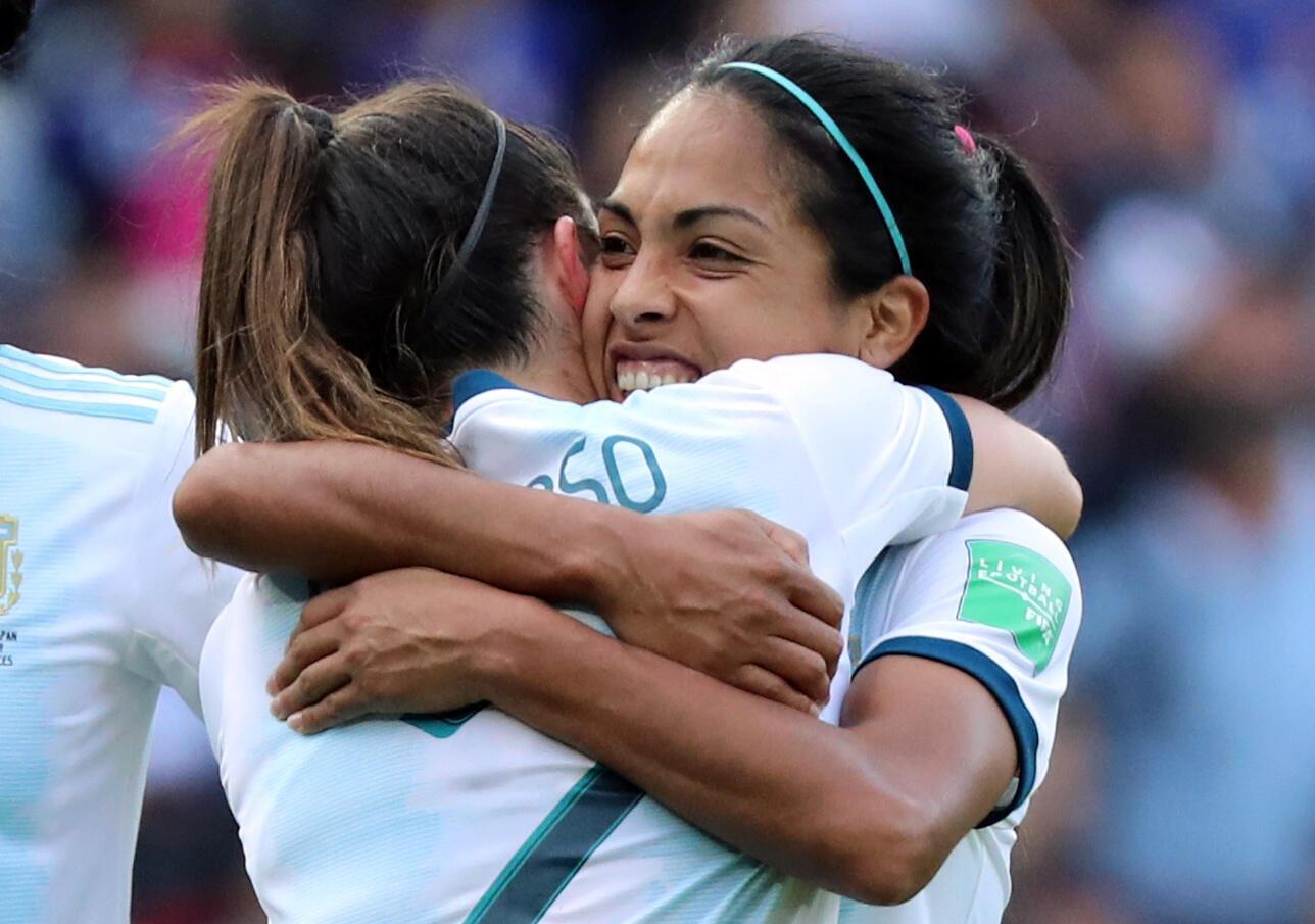 Las jugadoras de la seleccion argentina de futbol Agustina Barroso y Adriana Sachs celebran el empate conseguido ante Japon en el debut de la albiceleste en el mundial de futbol Francia 2019, el 10 de Junio en el estadio de los Principes de Paris.
