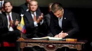 O presidente colombiano Juan Manuel Santos assina o novo acordo de paz com as Farc em Bogotá, neste 24 de novembro de 2016.