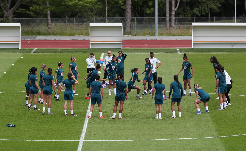 A seleção brasileira treina na cidade de Le Havre na véspera do jogo decisivo contra a França.
