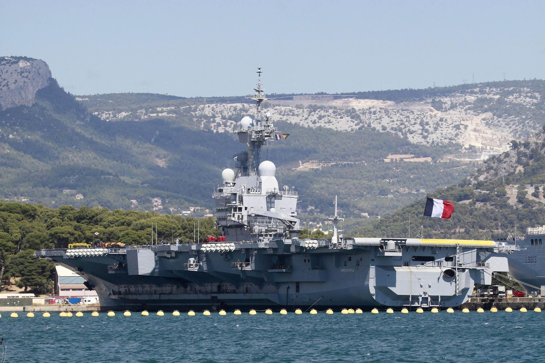 Французский атомный авианосец Шарль де Голль в средиземноморском порту Тулона 28/08/2013