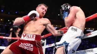 Canelo Alvarez golpea a Rocky Fielding, el 15 de diciembre de 2018 en el Madison Square Garden de Nueva York.