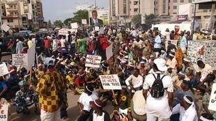 Les membres de Fors-élection, une coalition d'organisations de la société civile, réclament le 3 mars 2011 dans les rues de Cotonou, le report du 1er tour de l'élection présidentielle.