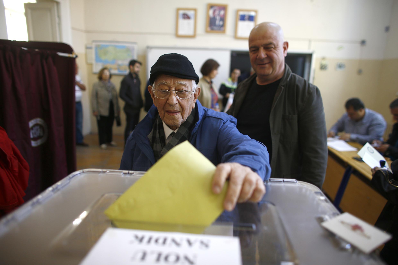 Мужчина голосует на референдуме о расширении полномочий президента, Измир, Турция, 16 апреля 2017 г.