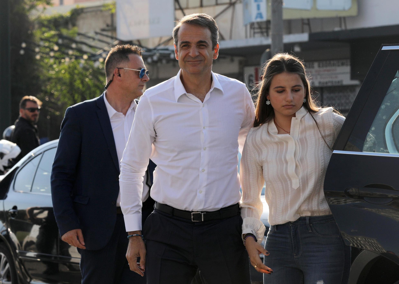 O líder conservador Kyriakos Mitsotakis (centro) chega à sede de seu partido, Nova Democracia, ao lado da filha Dafni.