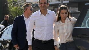 Kyriakos Mitsotakis (centre), ici accompagné de sa fille, a présenté lundi 8 juillet un nouveau gouvernement grec constitué de 51 membres.
