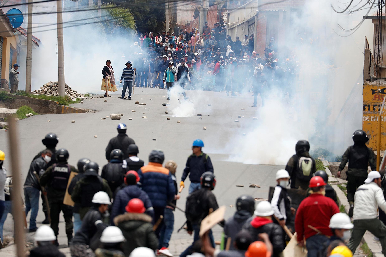 Prós e contras se enfrentam durante um protesto depois que o presidente Evo Morales anunciou sua renúncia no domingo, 11 de novembro de 2019, em La Paz, Bolívia.