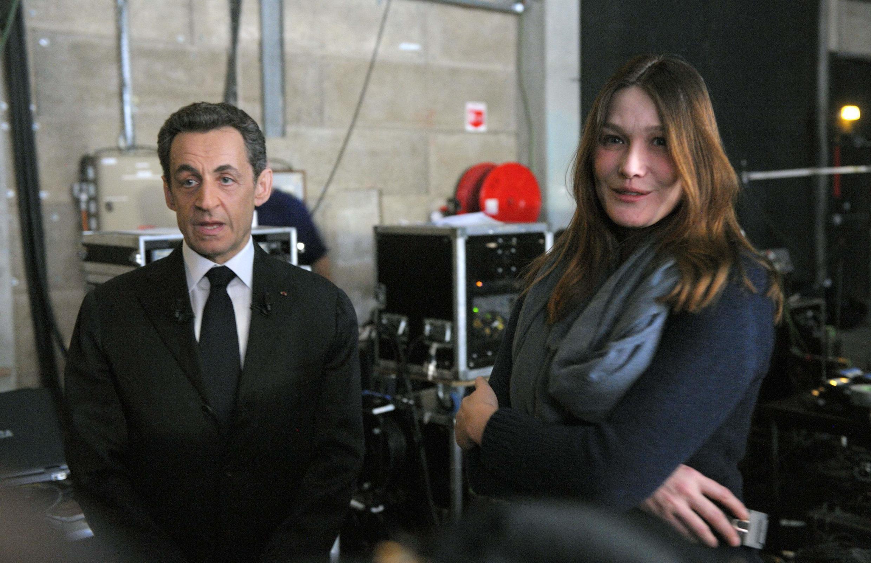 Em tempos de campanha, a primeira-dama, Carla Bruni-Sarkozy, frequenta os bastidores de um canal de TV francês.