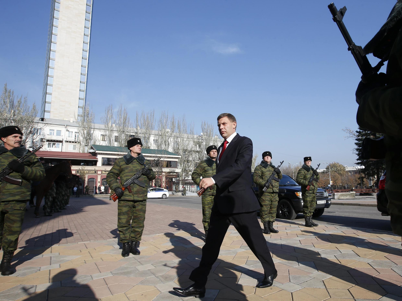 O separatista pró-Rússia Alexander Zakharchenko chegando para cerimônia de tomada de posse no teatro de Donestk. 4 de novembro de 2014.