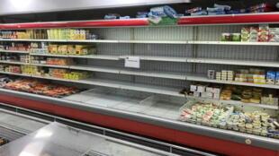 Des étagères vides où les produits français étaient exposés dans un supermaché à Koweït, le 25 octobre 2020.