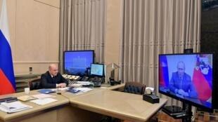 Le Premier ministre russe, Mikhaïl Michoustine, annonce un plan de relance de 65 milliards d'euros lors d'une réunion en visioconférence avec le président Vladimir Poutine, retransmise à la télévision le 2 juin 2020.