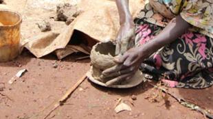 On les appelle les «potiers» : faute de terres, les Twas façonnent et vendent des pots en argile pour survivre. Rwakivumu, Rwanda, mars 2017.