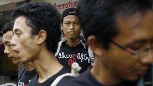 Des journalistes manifestent à Rangoon contre la suspension de deux hebdomadaires, le 4 août 2012.