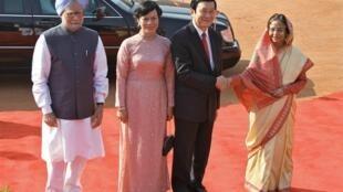 越南新任主席张晋创与印度总统帕蒂芭‧巴蒂爾(Pratibha Patil)握手,旁边为张晋创夫人和印度总理辛格。摄于2011年10月12日。