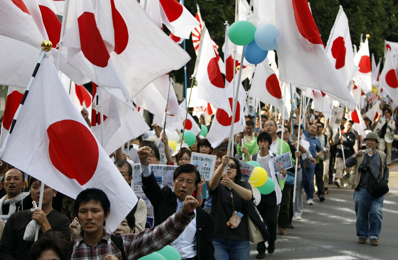 2010年10月2日,數千日本人在東京街頭集會,抗議中國要求釣魚島主權。