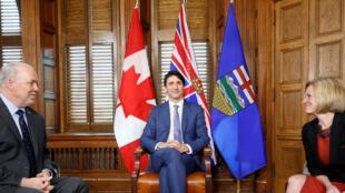 Le Premier ministre canadien Justin trudeau entouré par ses homologues de Colombie-Britannique, John Horgan, et de l'Alberta, Rachel Notley, à Ottawa, le 15 avril 2018.