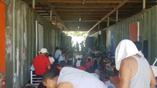 Des hommes occupent le camp de rétention australien sur l'île de Manus en Papouasie-Nouvelle-Guinée, le 23 novembre 2017.