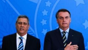 O presidente Jair Bolsonaro e o general Walter Souza Braga Netto (à esquerda), que assume a pasta da Defesa.