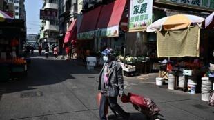 Une passante dans le quartier de Yau Tsim Mong à Hong Kong