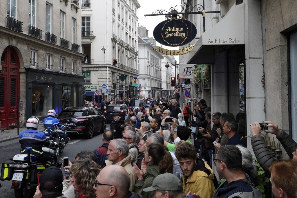 """از حوالی ظهر روز یکشنبه ٢٩ سپتامبر/٧ مهر، صف طویل مردم در مقابل ورودی حیاط بزرگ """"انولید"""" انتظار میکشید."""