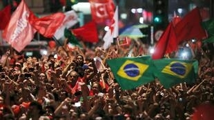 Hàng chục ngàn người Brazil biểu tình ủng hộ ông Lula da Silva.