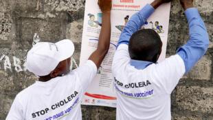Des acteurs sociaux mettent en place des affiches sur les mesures clés pour éviter le choléra (image d'archives)