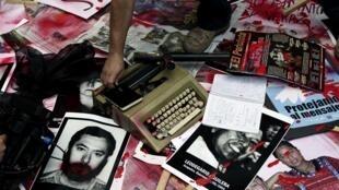 Снимки убитых журналистов на марше в Мехико 7 августа 2010 г.