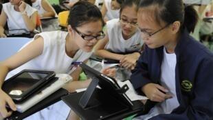 Ảnh chụp ngày 18/05/2011. Học sinh Singapore sử dụng máy tính bảng iPad tại trường Trung học nữ Nanyang.