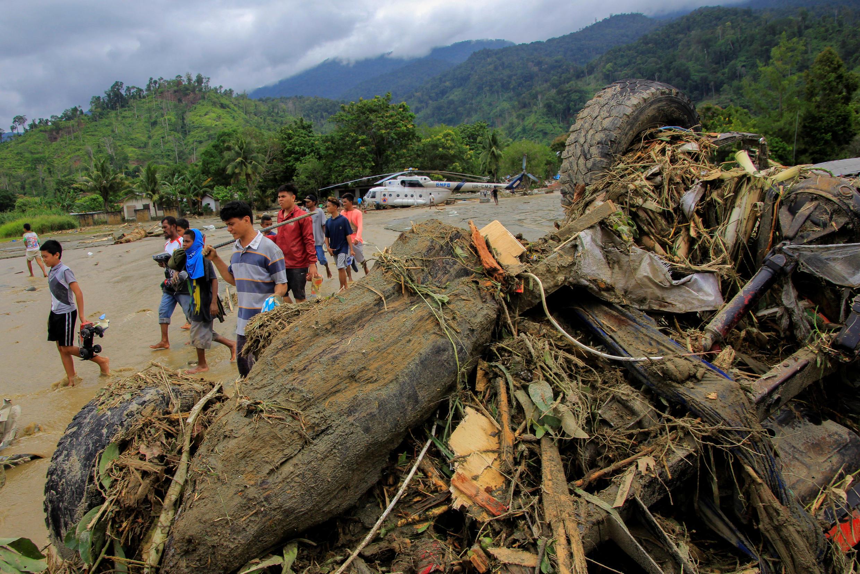 Des rescapés des inondations à Sentani, dans la province de Papouasie, en Indonésie, le 17 mars 2019.