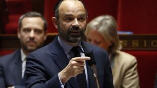 ادوارد فیلیپ نخست وزیر فرانسه، رئیس پلیس پاریس را از کار برکنار کرد و گفت که در این شهر برگزاری بعضی از اعتراضات از این پس ممنوع است.