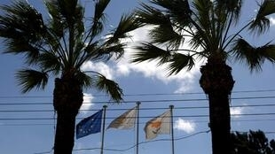 Евросоюз критично отзывается овыдаче «золотых паспортов» на Кипре. Брюссель настаивает на том, что гражданство дается при наличии связей состраной инеможет продаваться заденьги.