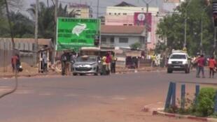 La situation sécuritaire à Bangui est toujours instable. Ici, des pillards présumés et des hommes en armes circulent dans les rues de la capitale centrafricaine, le 24 mars 2013.