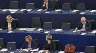 Lors d'une session au Parlement européen, en mai 2015 à Strasbourg, Marine Le Pen et son père, Jean-Marie, ont fait mine de s'ignorer.